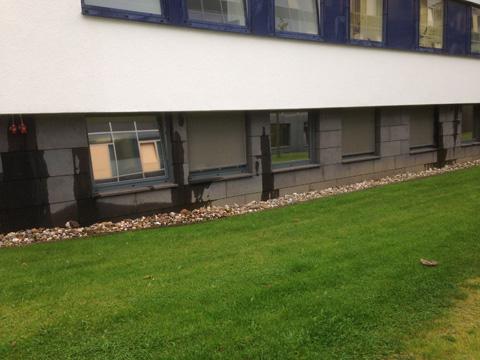 Durch Wasserrohrbruch verursache Feuchtigkeit auf der Fassade